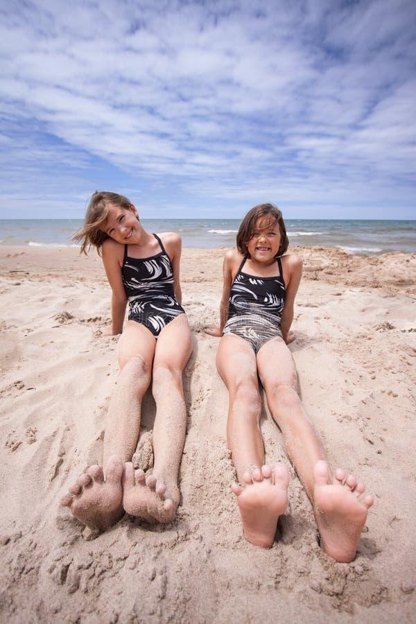 Amici alla spiaggia nel Sun di estate fotografia stock libera da diritti