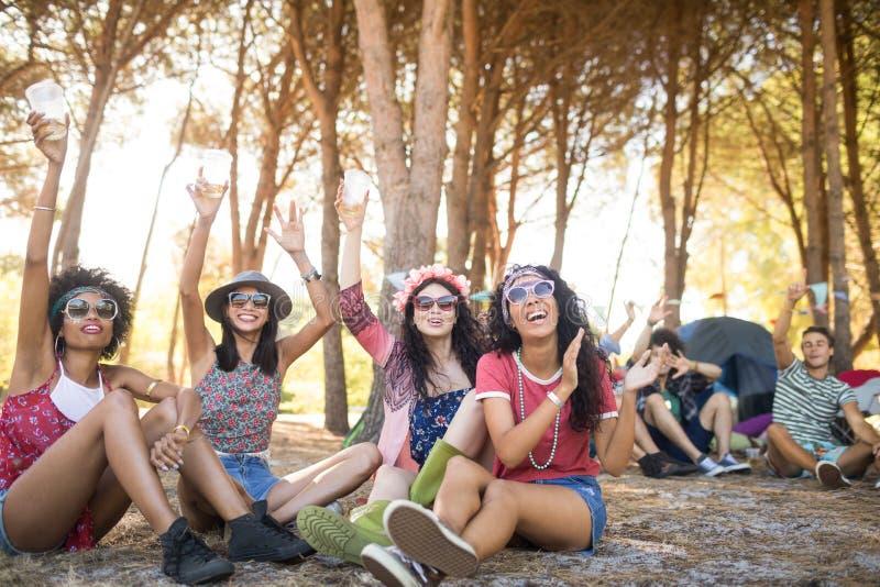 Amici allegri che godono insieme al campeggio immagine stock libera da diritti
