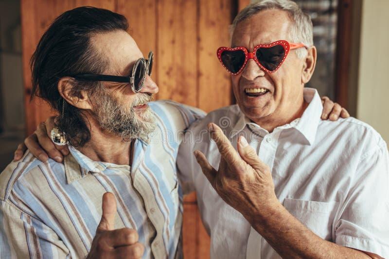 Amici anziani con divertiresi pazzo di occhiali immagini stock libere da diritti