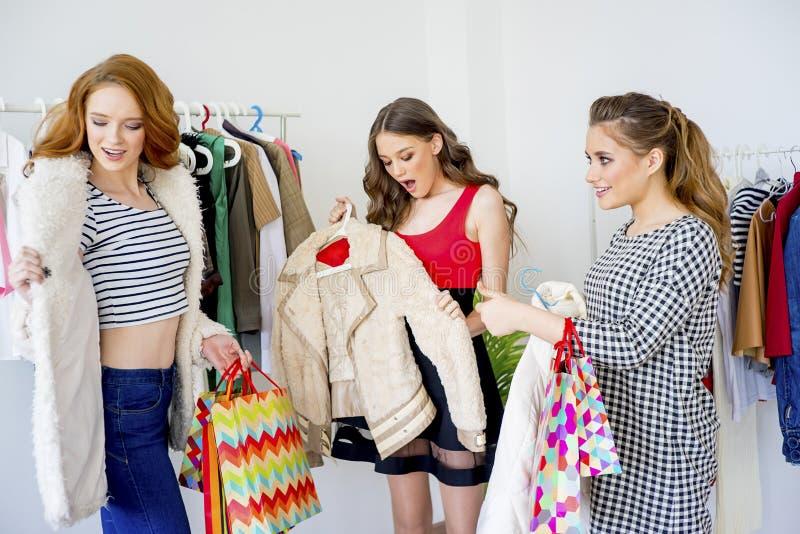Amici che acquistano insieme fotografie stock libere da diritti