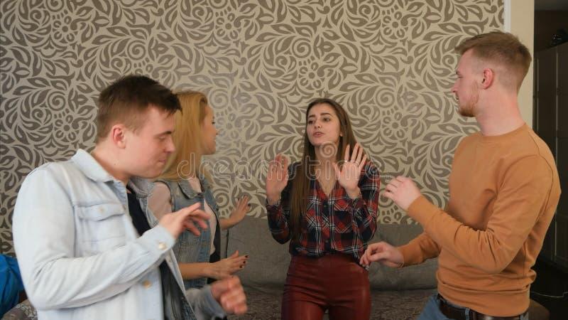 Amici che ballano ad un partito a casa immagini stock