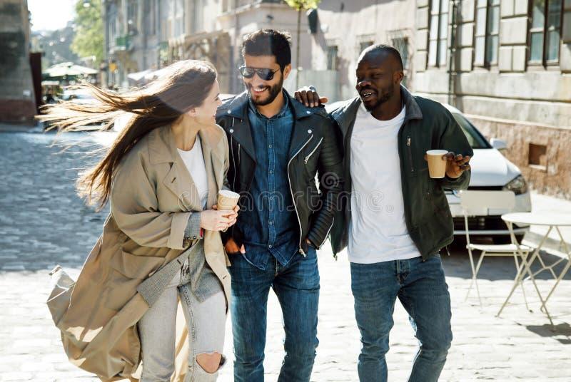 Amici che camminano insieme fotografia stock