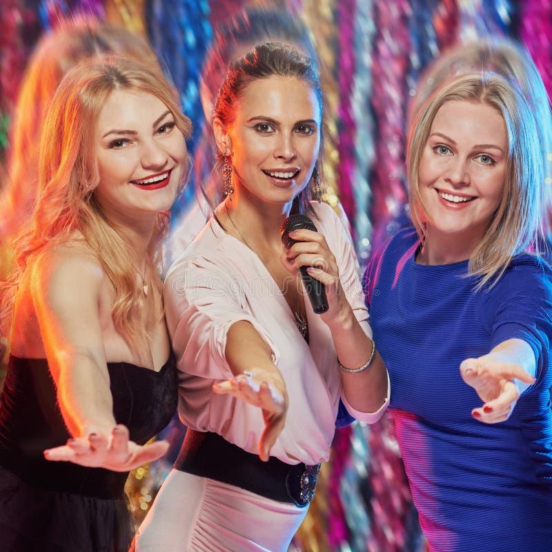 Amici che cantano karaoke immagini stock libere da diritti