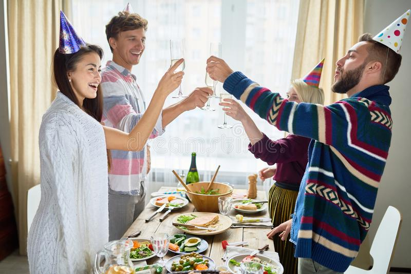 Amici che celebrano compleanno alla cena fotografie stock libere da diritti