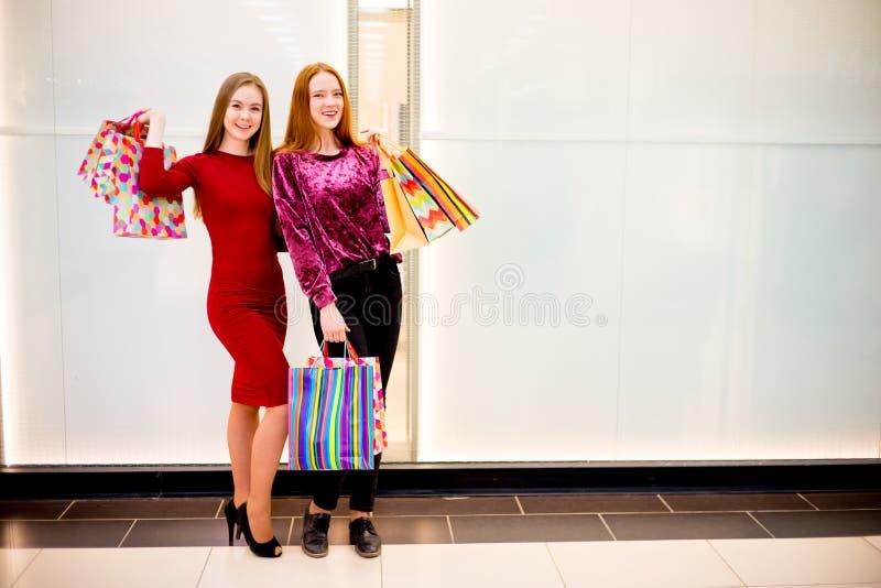 Amici che comperano nel centro commerciale fotografie stock