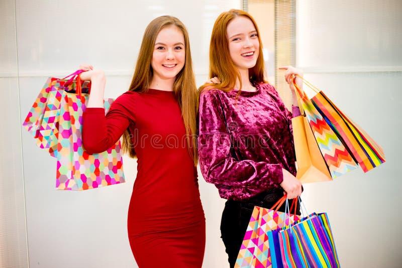 Amici che comperano nel centro commerciale immagini stock
