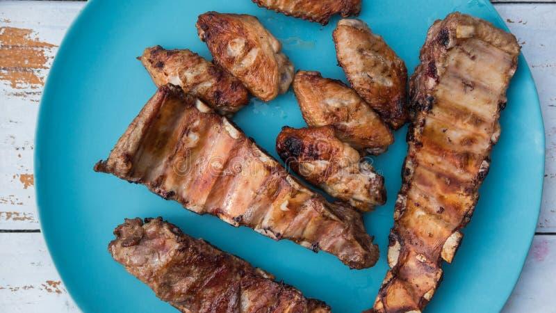 Amici che fanno barbecue e pranzare fotografie stock