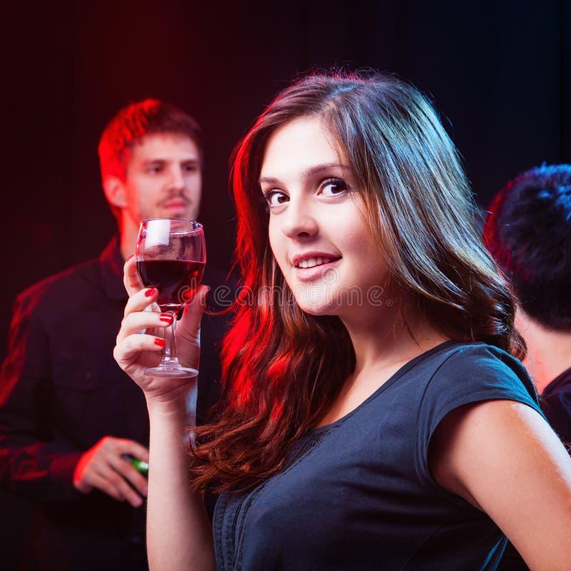 Amici che godono di un partito in night-club fotografia stock