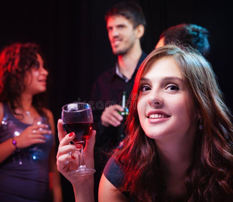 Amici che godono di un partito in night-club immagine stock