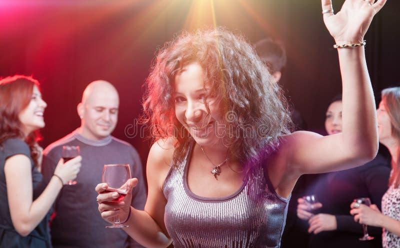Amici che godono di un partito in night-club fotografie stock
