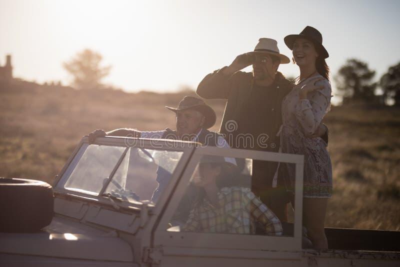 Amici che godono in veicolo durante la vacanza di safari immagine stock libera da diritti