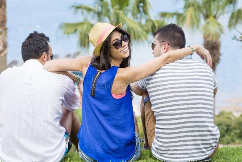 Amici che guardano il mare sulla vacanza del mare di estate fotografia stock libera da diritti