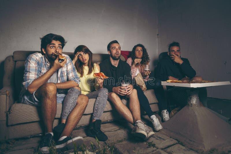 Amici che guardano un film fotografie stock libere da diritti