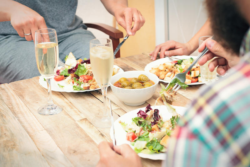 Amici che hanno un pranzo fotografie stock libere da diritti