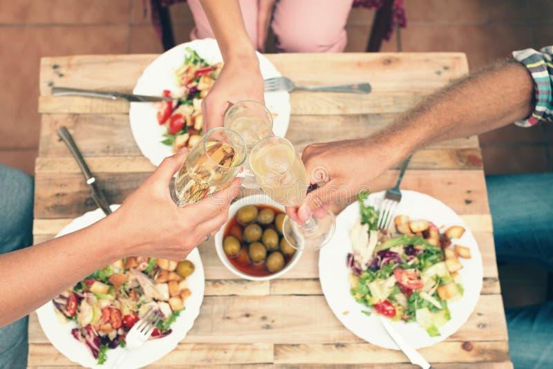 Amici che hanno una cena insieme fotografie stock