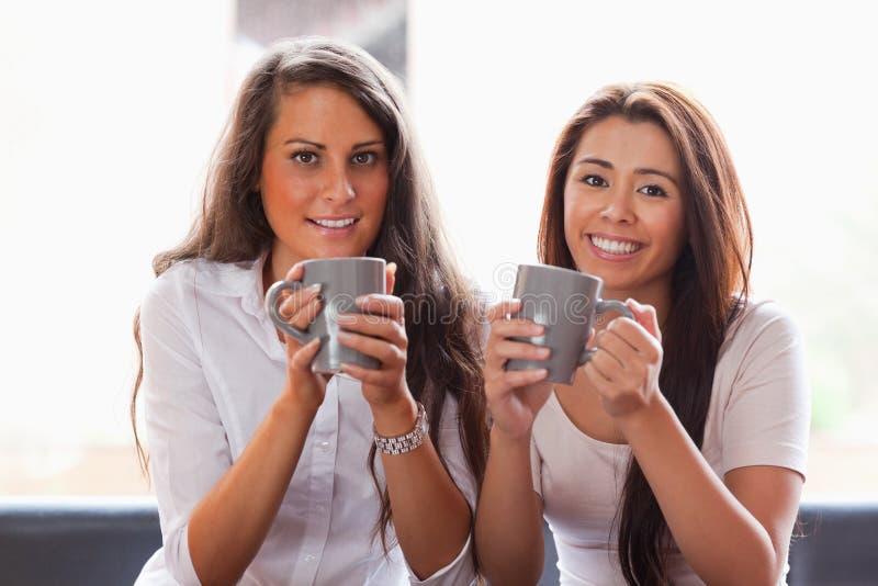 Amici che hanno una tazza di caffè fotografia stock libera da diritti