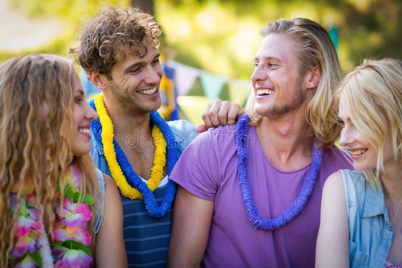 Amici che interagiscono a vicenda nel parco immagine stock