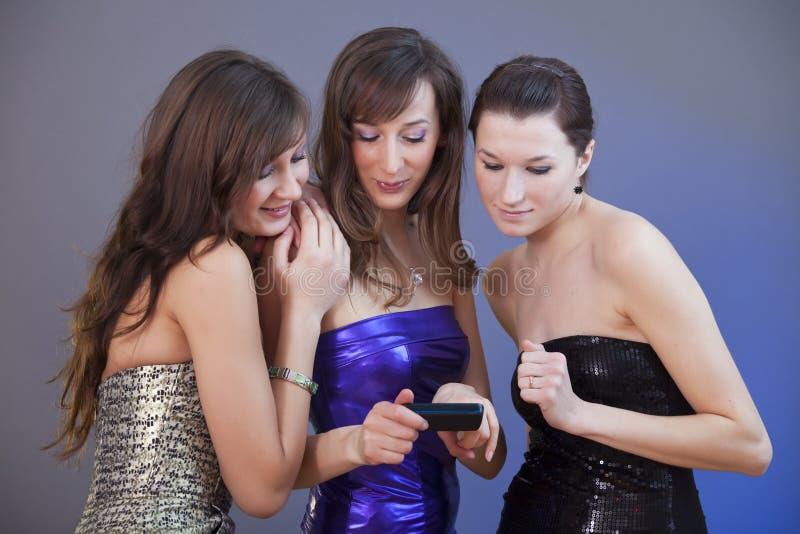 Amici che leggono messaggio sul telefono fotografia stock libera da diritti