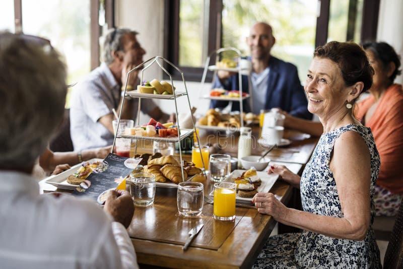 Amici che mangiano prima colazione ad un hotel immagine stock libera da diritti