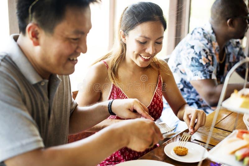 Amici che mangiano prima colazione ad un hotel immagini stock libere da diritti