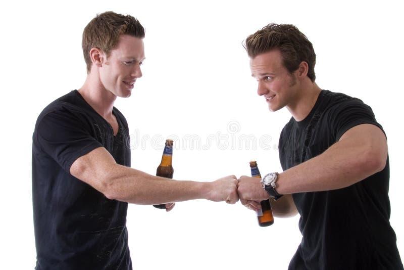 Amici che mangiano una birra fotografia stock libera da diritti