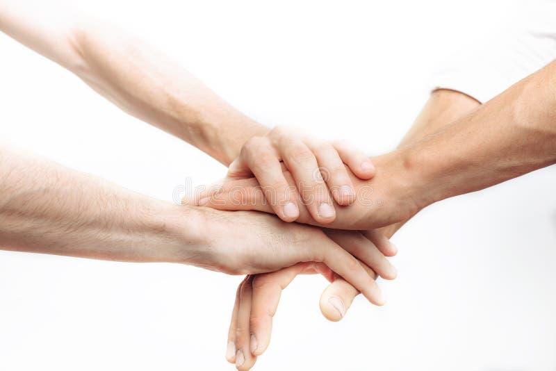 Amici che pregano insieme, come un gruppo, successo, vittoria, fondo bianco immagini stock libere da diritti