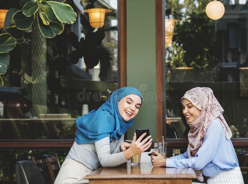 Amici che prendono dopo le età ad un caffè immagini stock libere da diritti