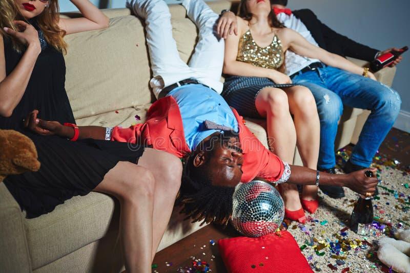 Amici che si rilassano dopo il partito selvaggio fotografie stock
