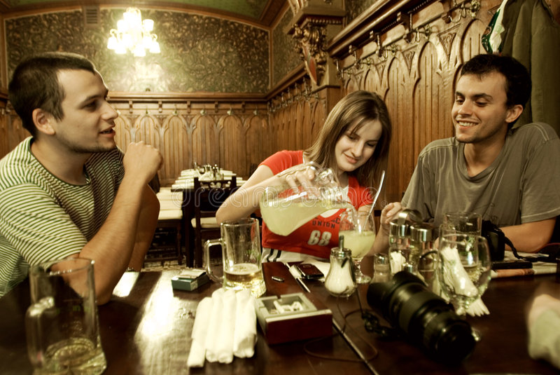 Amici che socializzano fotografia stock libera da diritti