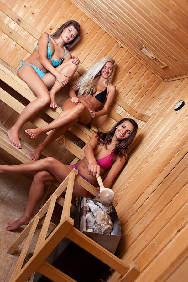 Amici che usando sauna fotografia stock libera da diritti