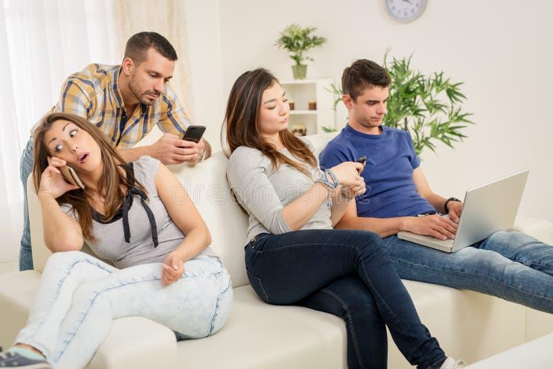Amici che usando tecnologia wireless immagini stock libere da diritti