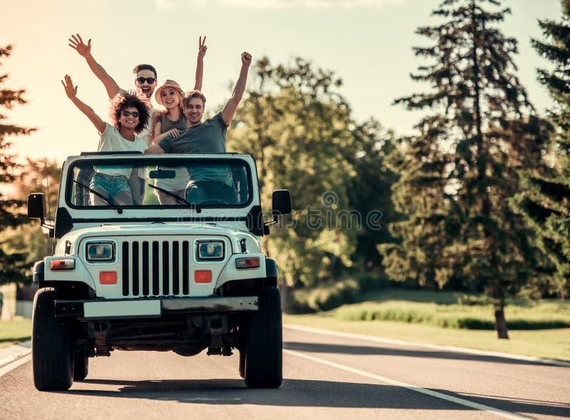 Amici che viaggiano in macchina immagini stock libere da diritti