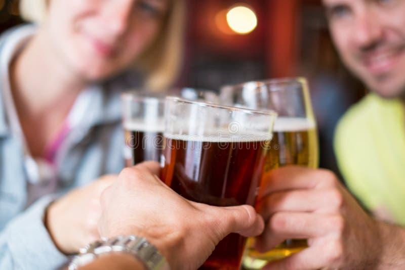 Amici con birra fotografia stock