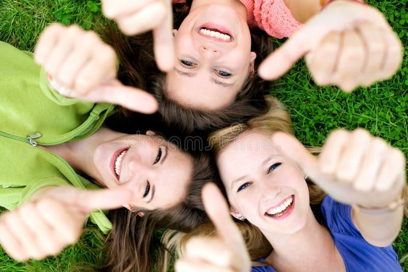 Amici con i pollici in su fotografia stock libera da diritti