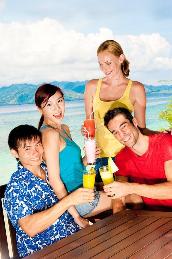 Amici con le bevande fotografia stock