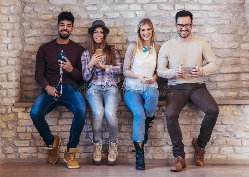 Amici degli studenti di diversità che usando concetto dei dispositivi di Digital immagini stock libere da diritti
