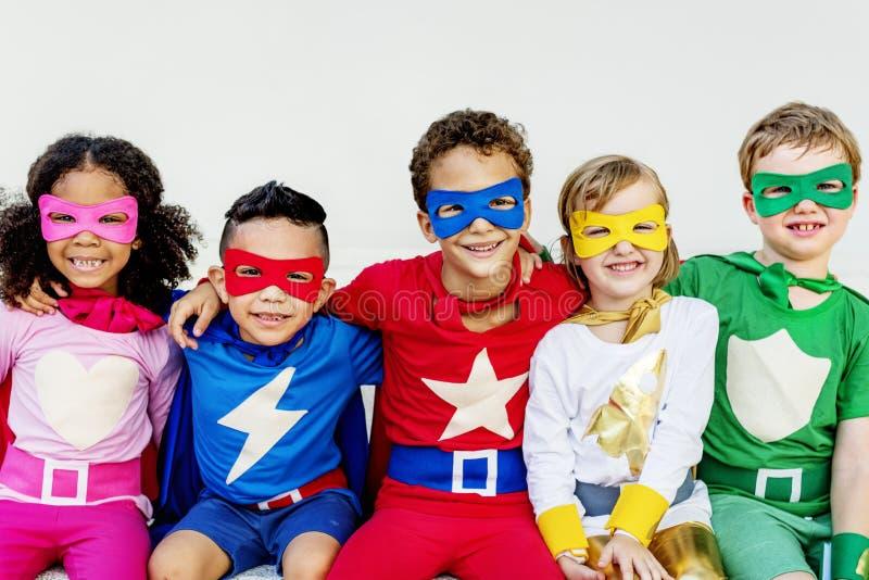 Amici dei bambini dei supereroi che giocano concetto di unità immagine stock libera da diritti