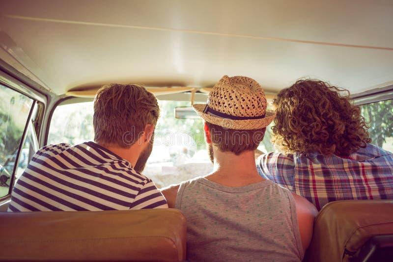 Amici dei pantaloni a vita bassa sul viaggio stradale immagini stock