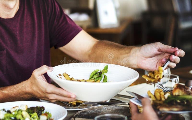 amici del pranzo che hanno ristorante immagini stock libere da diritti