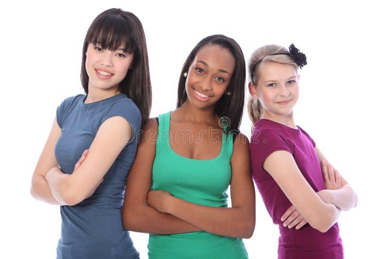 Amici di ragazza adolescenti del banco del multi gruppo culturale immagine stock libera da diritti