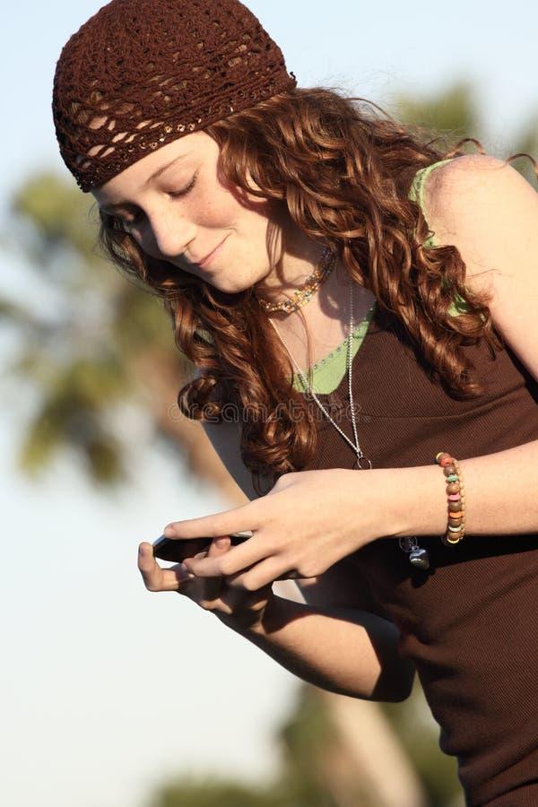 Download Amici di Texting fotografia stock. Immagine di sguardo - 7302300