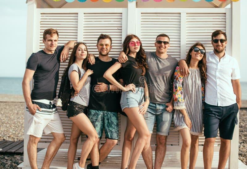 Amici divertendosi insieme sulla vacanza della spiaggia, guardante macchina fotografica fotografia stock