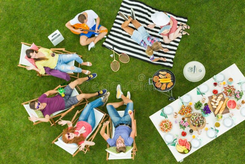 Amici e barbecue fotografie stock