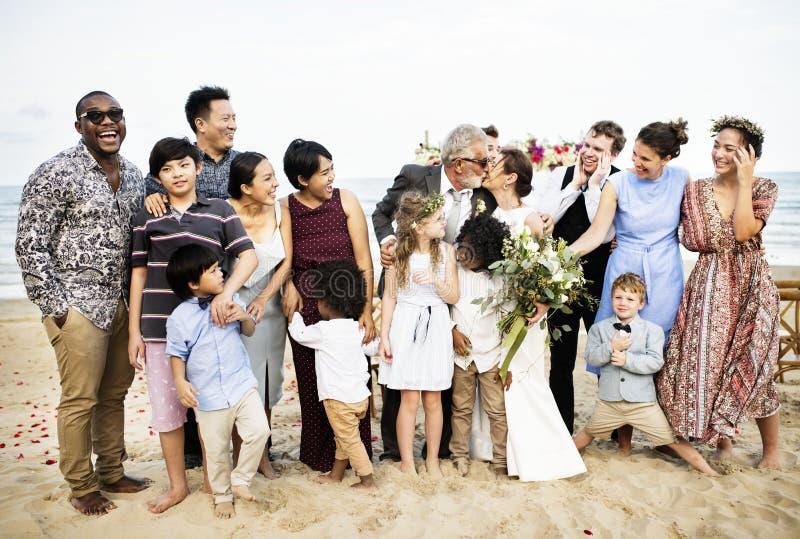 Amici e famiglia felici ad una festa nuziale fotografia stock