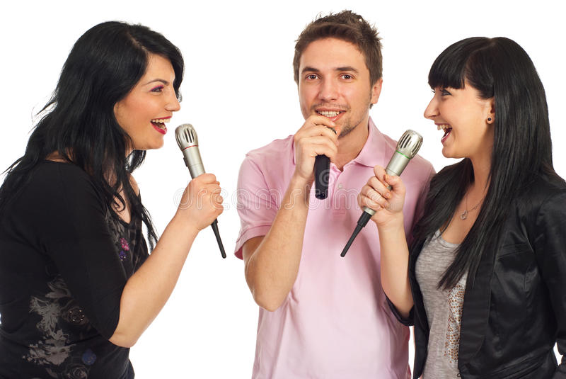 Amici felici che cantano al partito di karaoke immagini stock