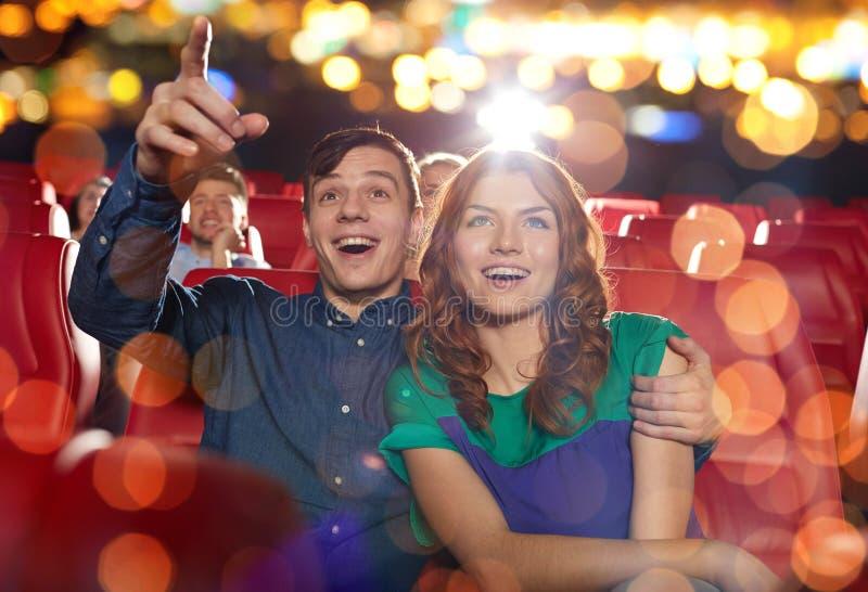 Amici felici che guardano film nel teatro immagine stock libera da diritti