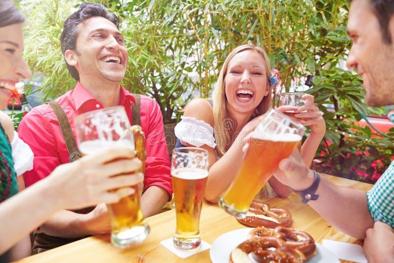 Amici felici che ridono in birra immagini stock libere da diritti