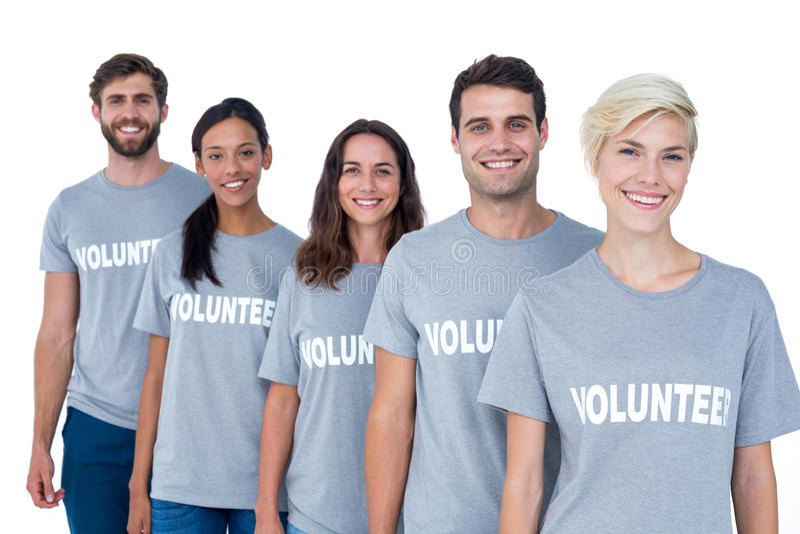 Amici felici dei volontari che sorridono alla macchina fotografica immagini stock libere da diritti