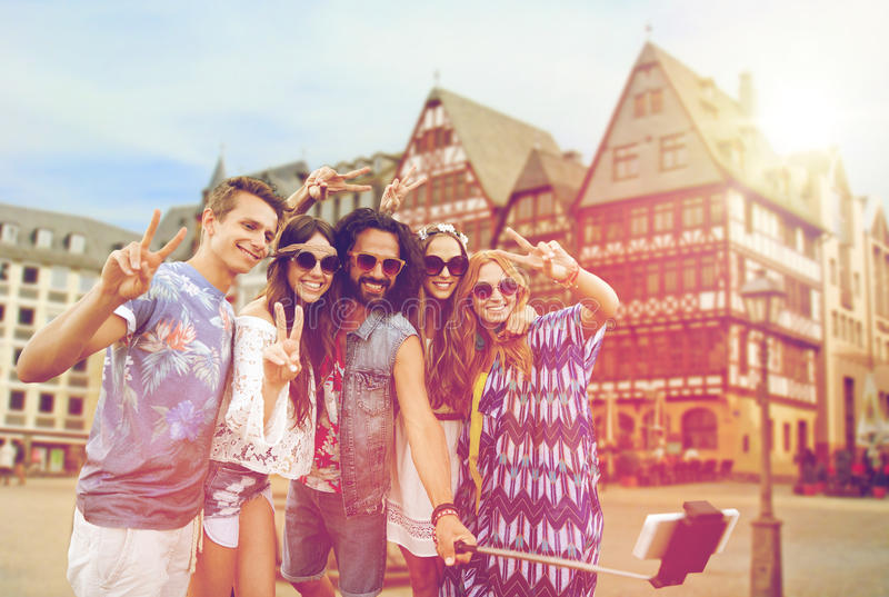 Amici felici di hippy che prendono selfie a Francoforte fotografie stock libere da diritti