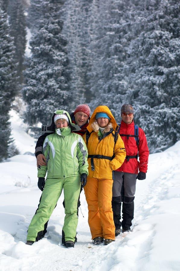 Amici felici nella foresta di inverno fotografia stock